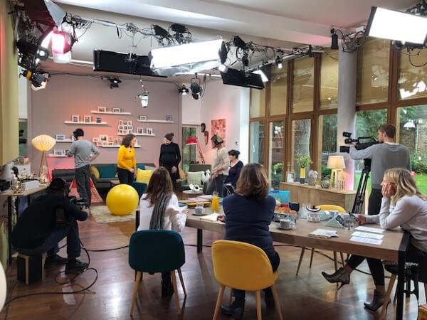 Agathe Lecaron et son équipe sur le tournage de l'émission.